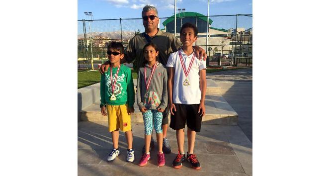 Minik tenisçiler turnuva şampiyonu oldu