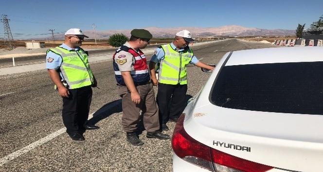 Adıyaman-Kahta Karayolunda jandarma ve polis ekiplerince trafik uygulaması