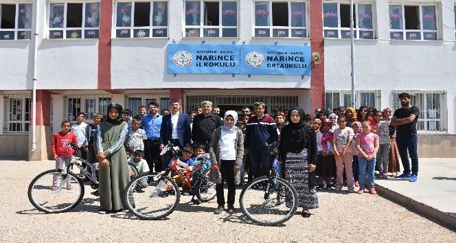 Köy okullarındaki 4 kız öğrenci bisiklet ve burs kazandı