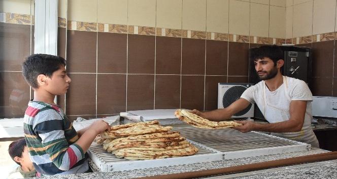Enflasyonla mücadele için ekmeği 90 kuruşa indirdi