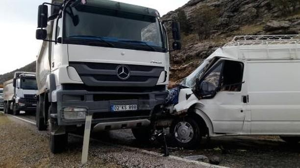 Kamyon ile minibüs çarpıştı: 1 yaralı