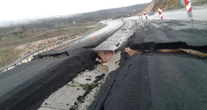 Doğu'nun boğaz köprüsünün girişinde yol çöktü