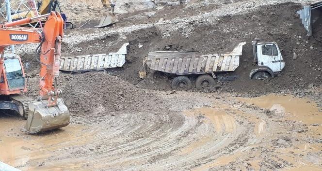 Sincik'te Heyelanın yuttuğu iş makineleri toprak altından çıkarılıyor