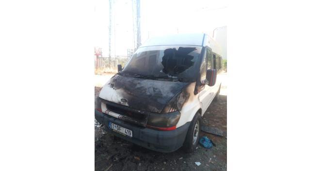 Kahta'da Park halindeki minibüs yandı