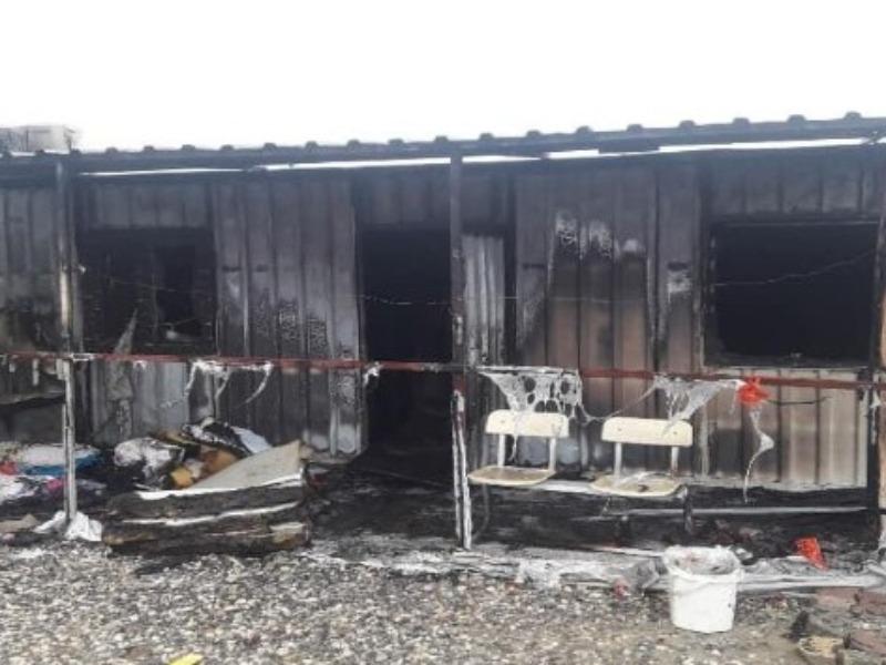 Depremzedelerin kaldığı konteynerler yandı