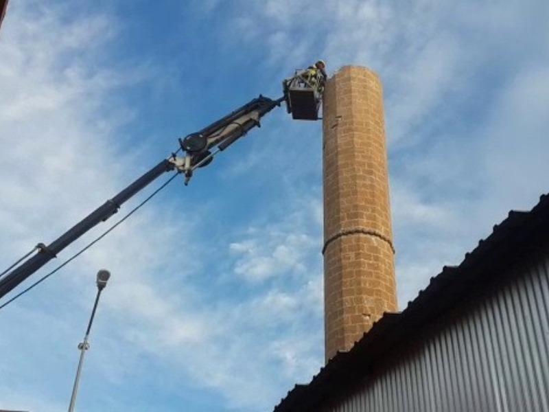 Gerger'de Depremde hasar gören minarenin yıkımına başlanıldı