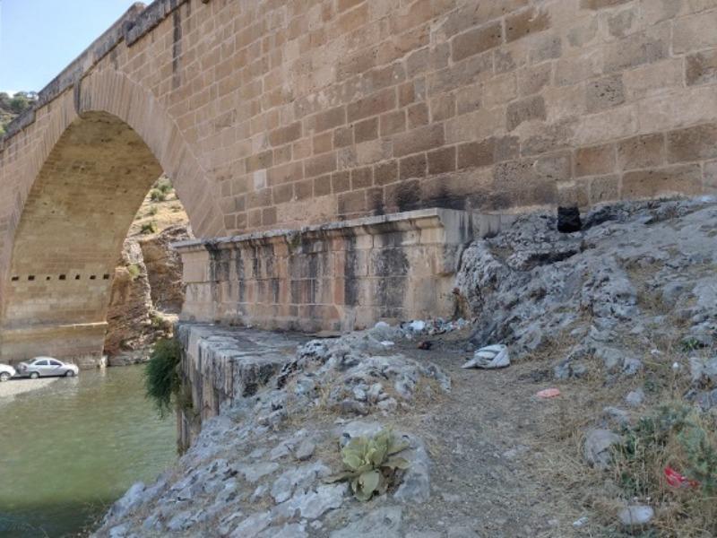 Piknikçiler 2 Bin yıllık Cendere Köprüsünü çöp alanına çevirdi